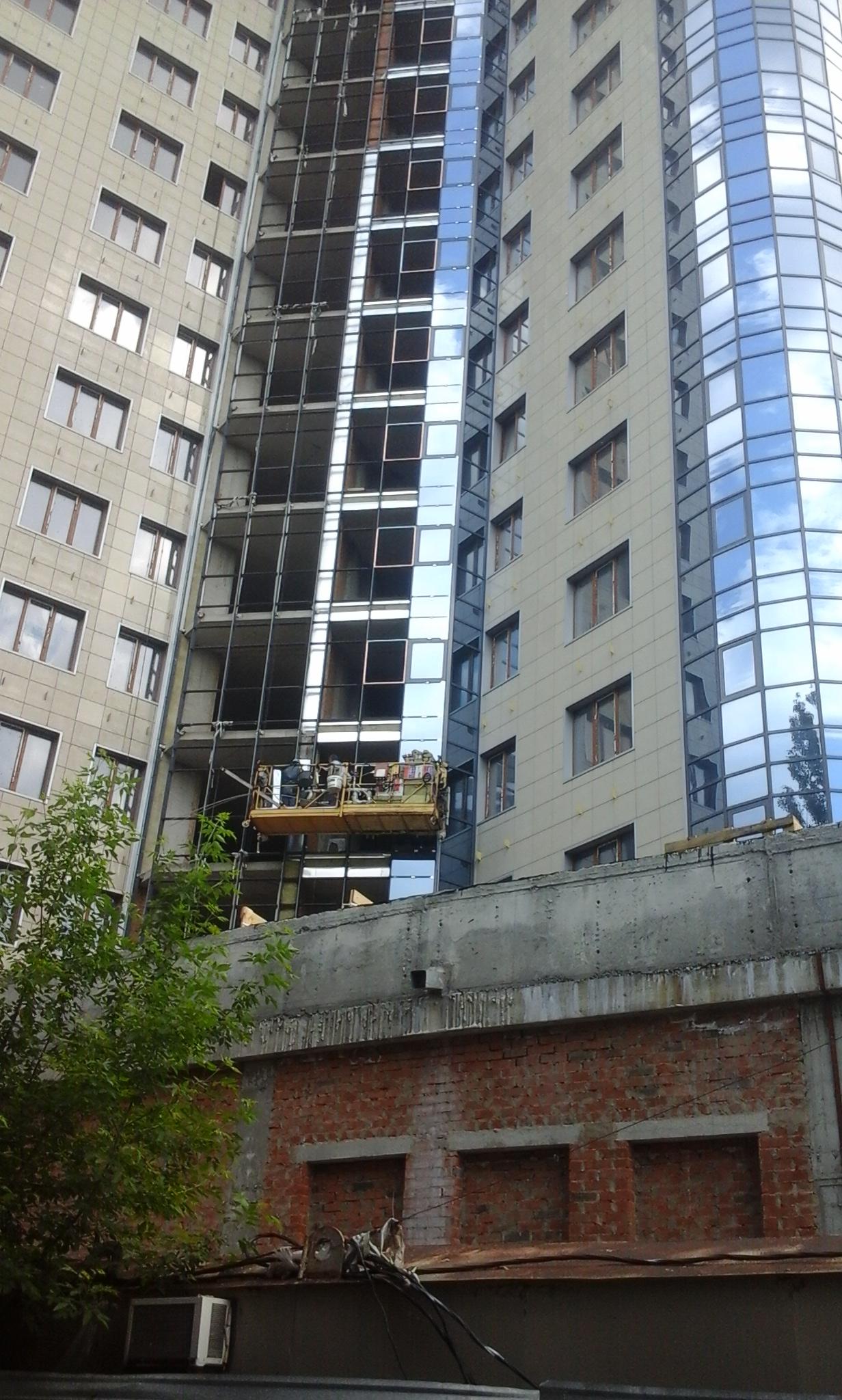 Строительство продолжается! ведутся внутренние отделочные работы и витражное остекление