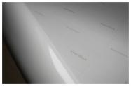 Пленка самоклеящаяся Everflex®, 120mic, БЕЛАЯ, ГЛЯНЦЕВАЯ, с ЧЕРНЫМ клеем, шириной 1,27м