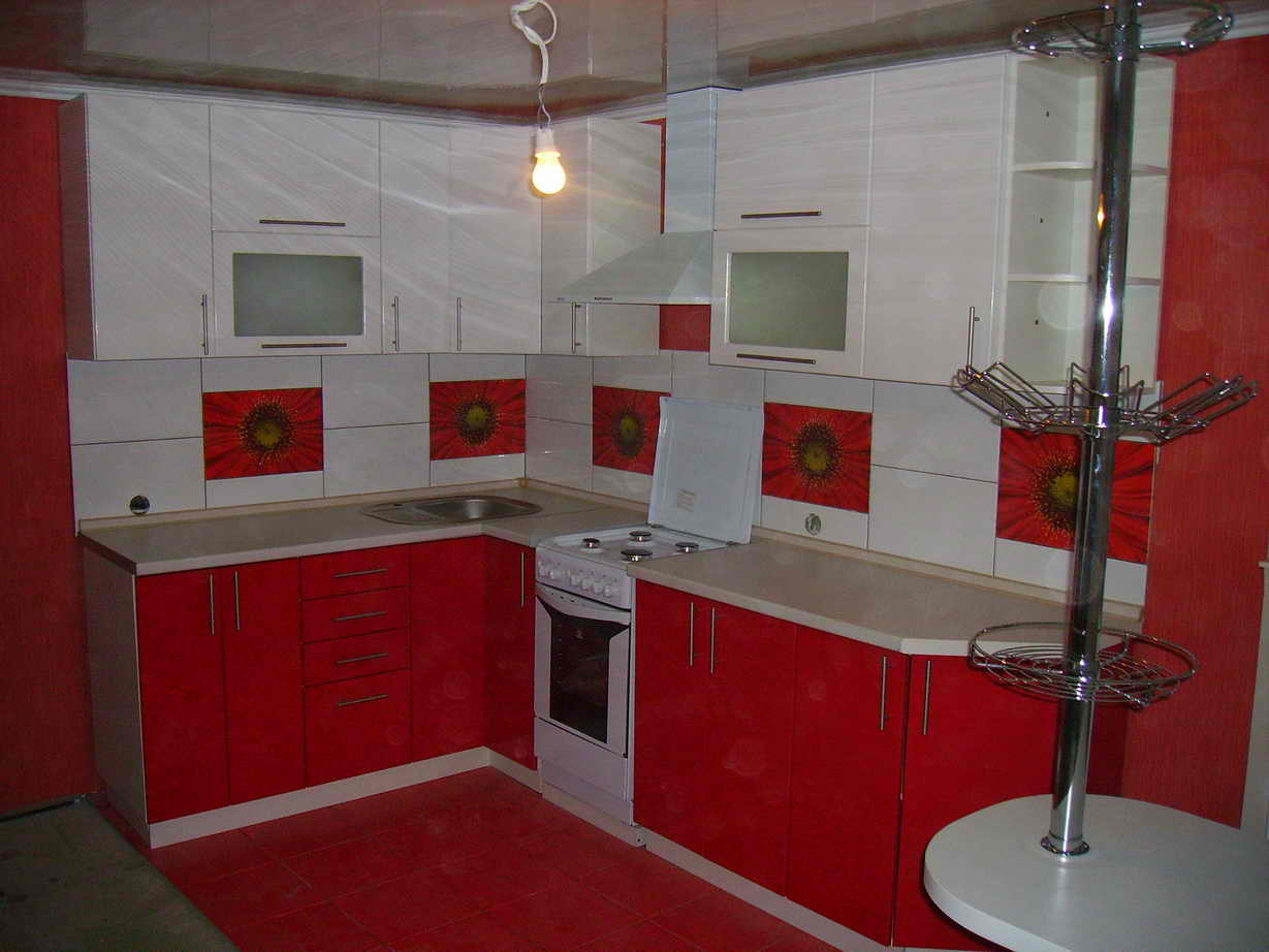 Красно-белые кухни дизайн