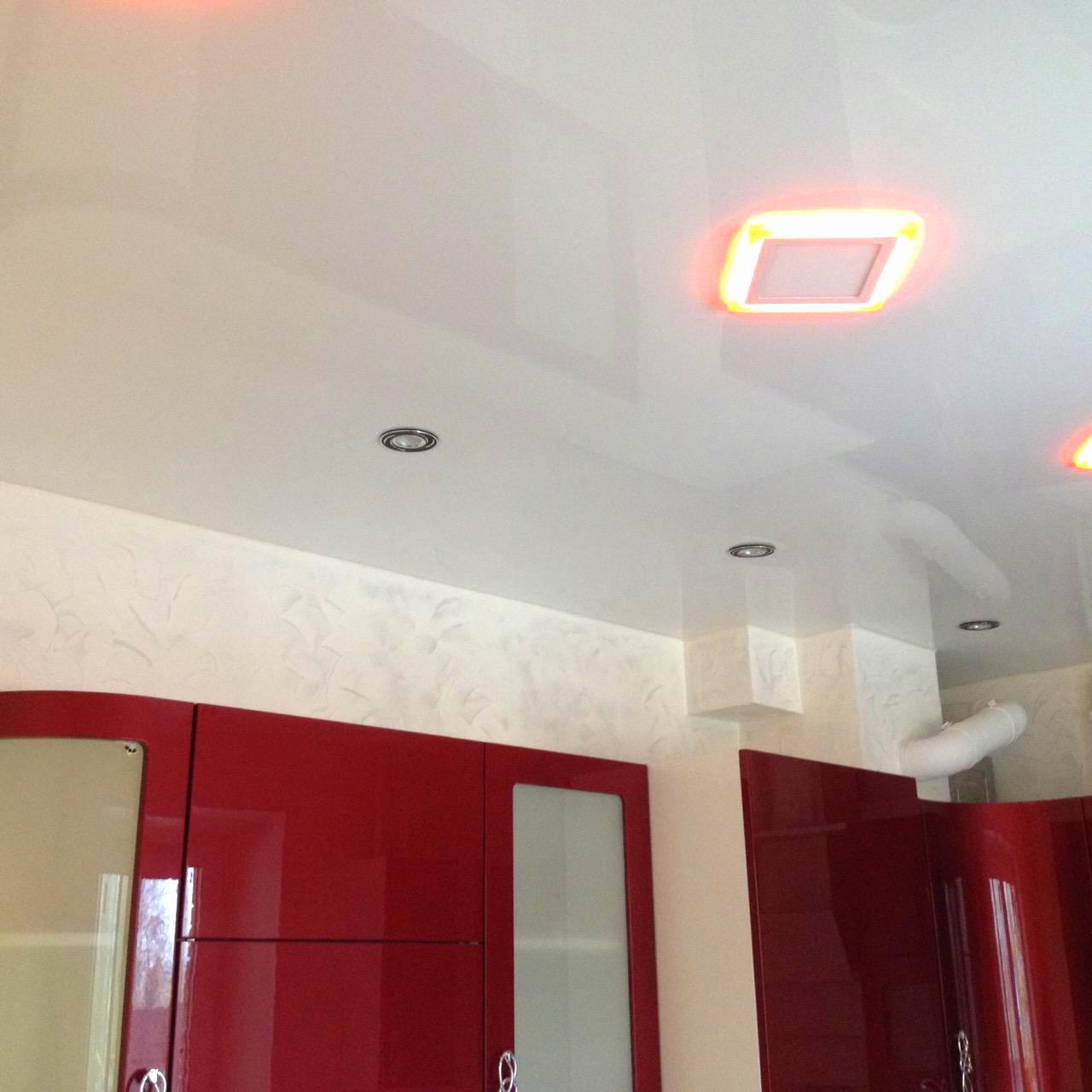 Белый глянцевый потолок на кухне