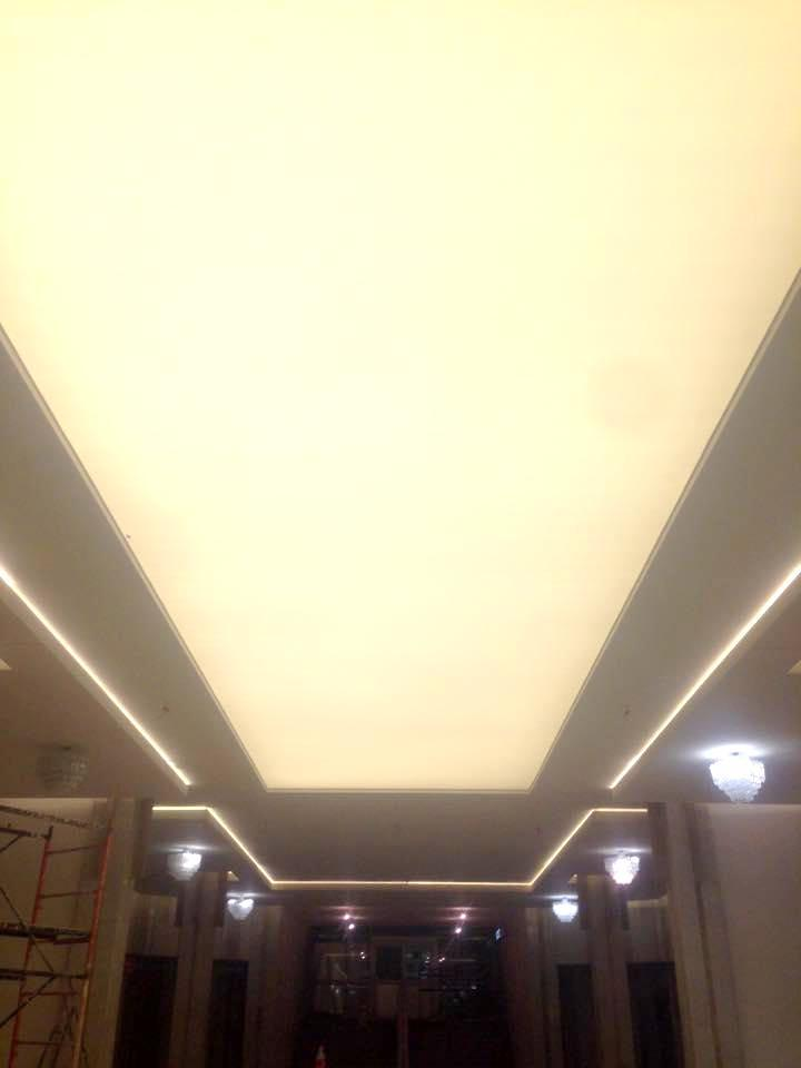 Полупрозрачный натяжной потолок с подсветкой