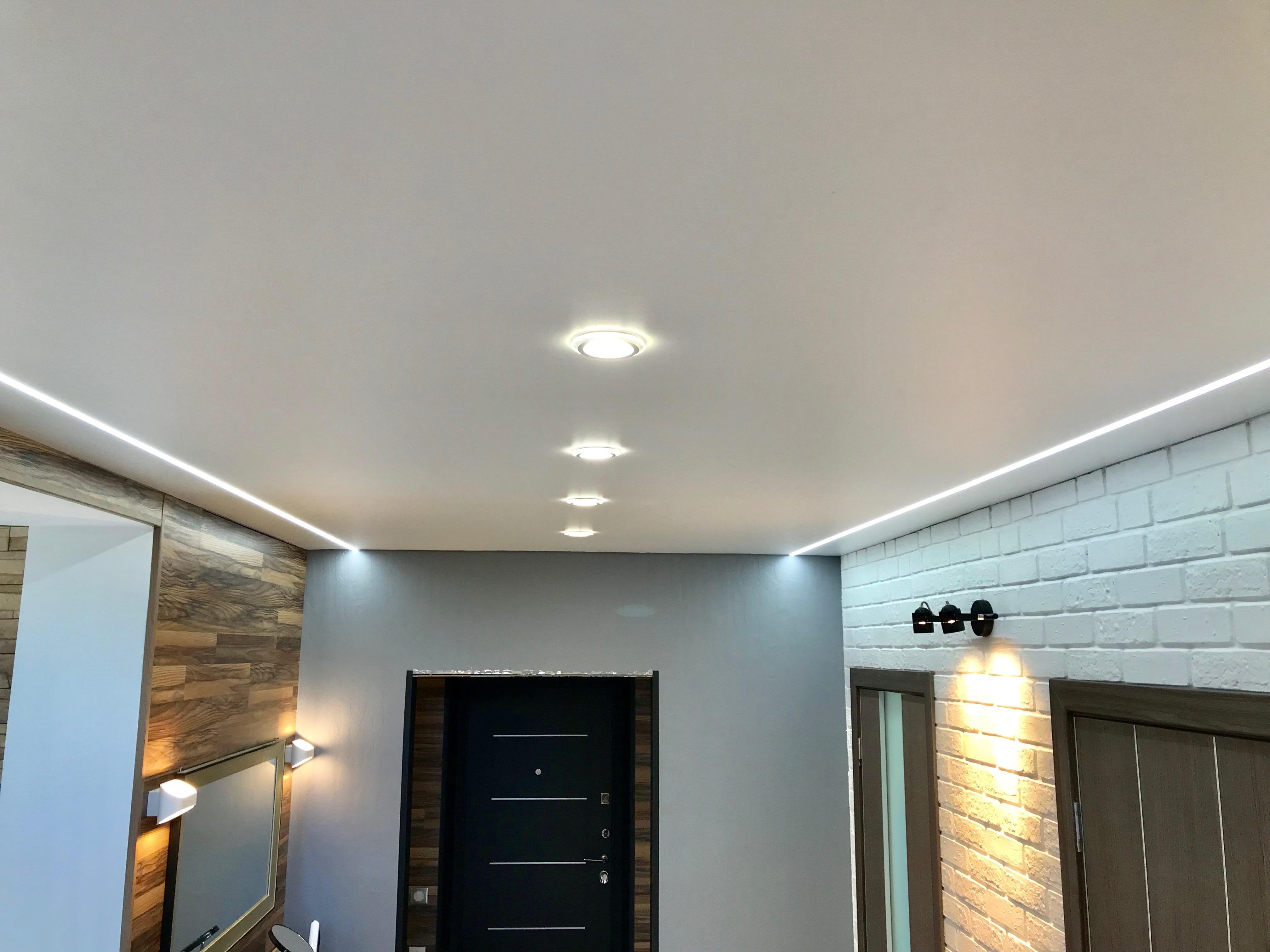 матовый натяжной потолок со световыми линиями