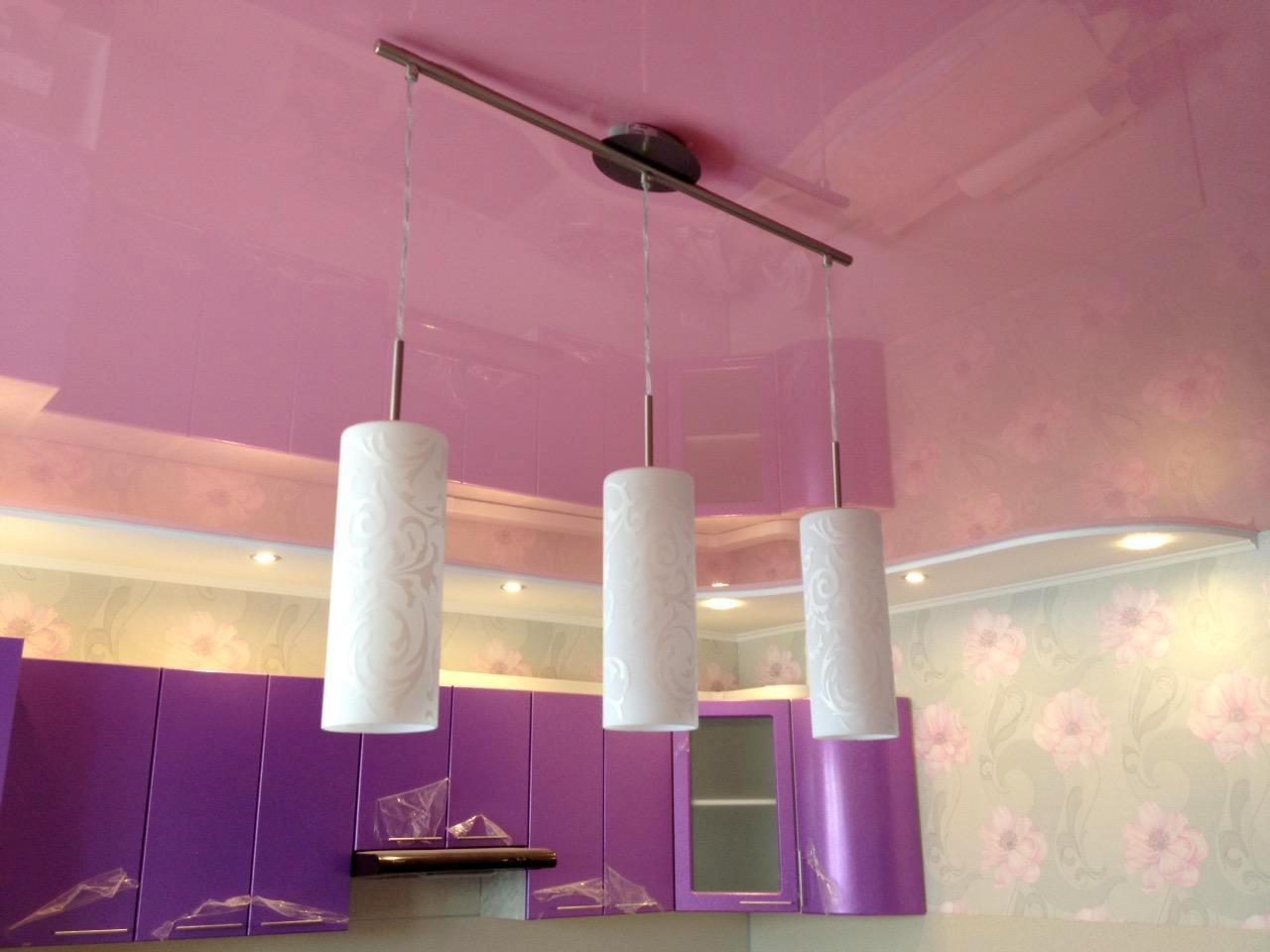Цветной глянцевый двухуровневый потолок на кухне