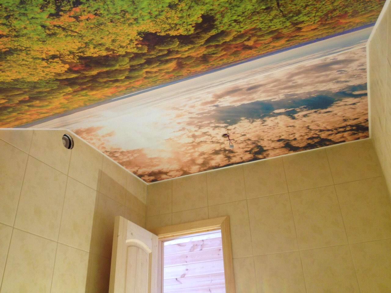 Фотопечать на потолке в ванной на мансарде