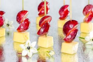 Канапе сыр виноград
