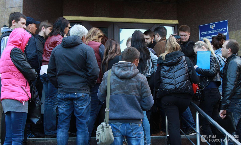 В ДНР приняли первые 100 заявлений на российское гражданство, у Миграционной службы - очередь