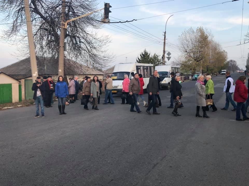 В подконтрольном Украине Лисичанске шахтеры бастуют под землей, их семьи перекрывают дороги. Фото