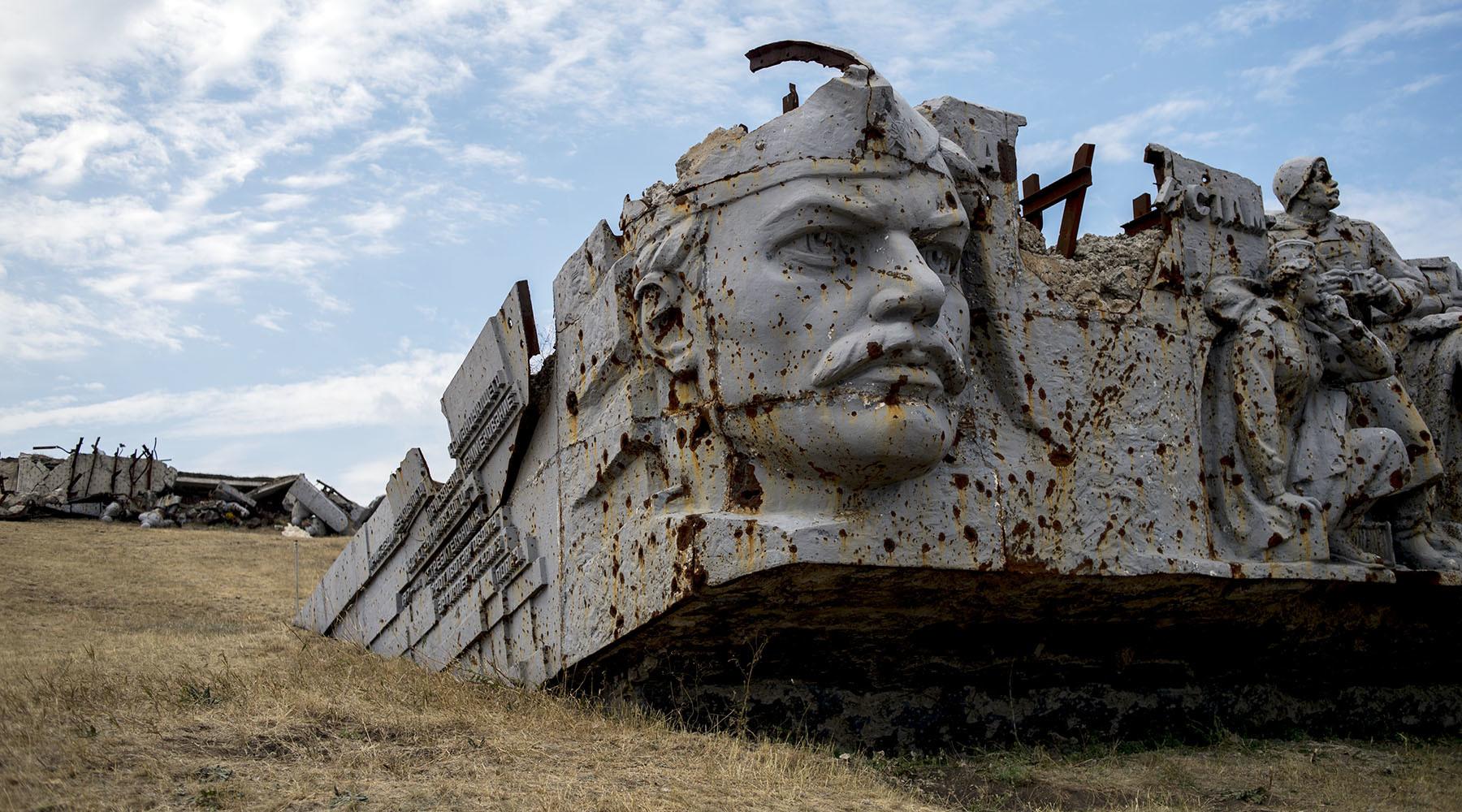Разрушенные части Саур-Могилы могут поместить в стеклянные саркофаги - Наумец