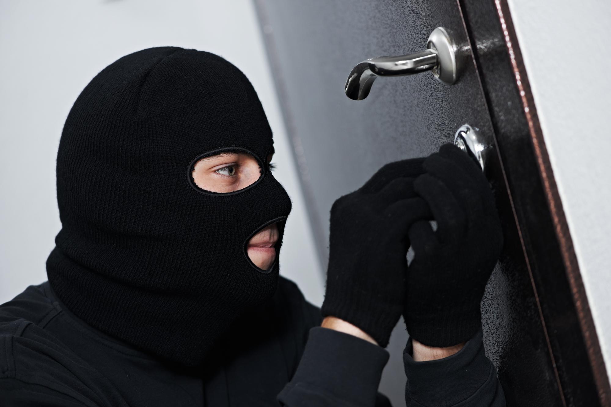 В Ленинском районе Донецка грабитель вынес из обменника 700 тыс. рублей. Видео