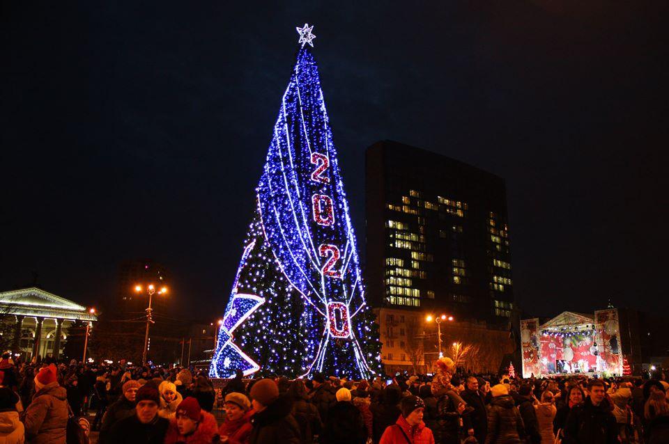 На площади Ленина открыли главную елку Республики. Фото