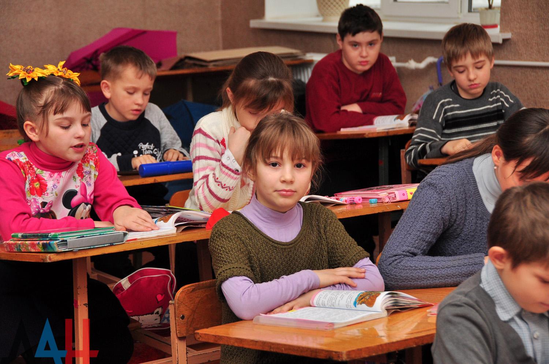 Школьники ДНР начнут очно учиться со 2 ноября