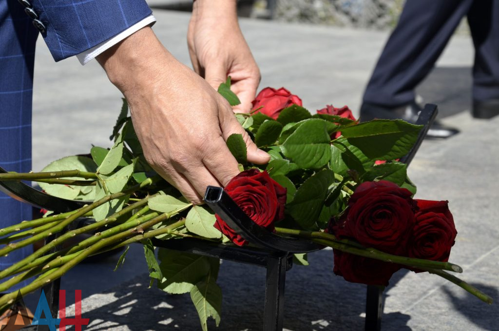 Глава ДНР во время визита в Южную Осетию подарил республике 2500 саженцев роз