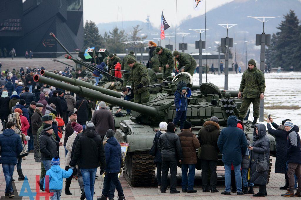 В Донецке ко Дню защитника Отечества прошла масштабная выставка военной техники. Фото