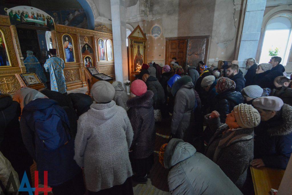 В разрушенном войной храме рядом с аэропортом Донецка прошла служба ко дню чудотворной Иверской иконы Богородицы. Фото
