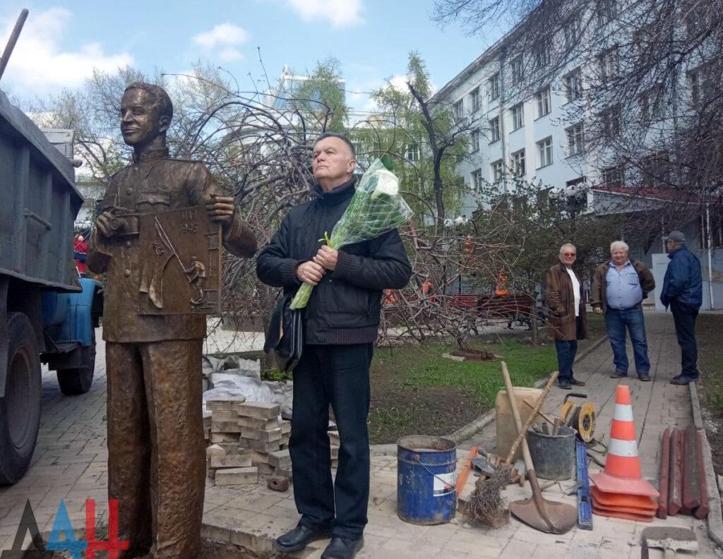 В Донецке установили памятник легендарному фотографу Евгению Халдею