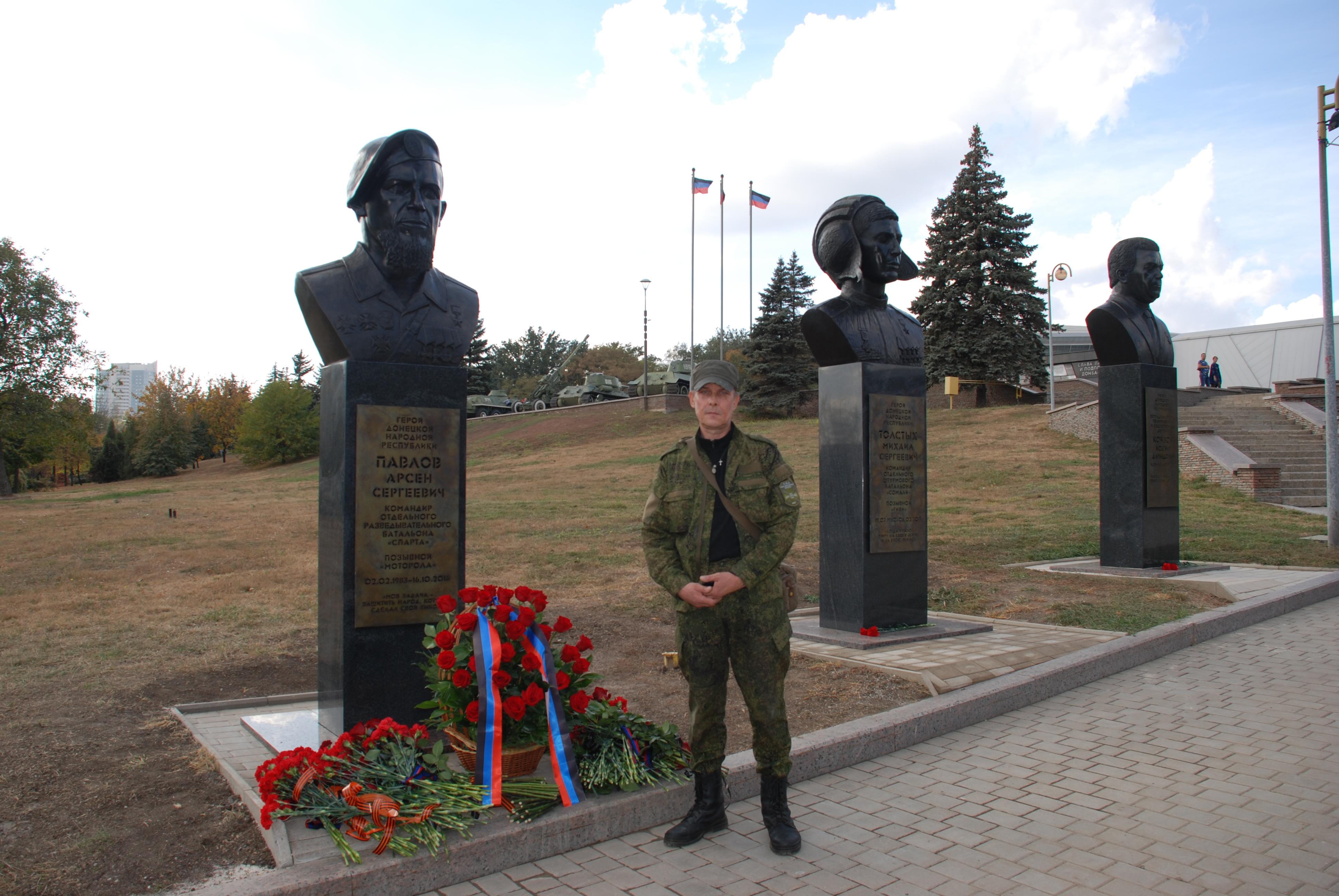 В столице ДНР установили памятник Мотороле