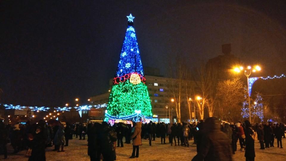 Главная елка ДНР-2021 загорелась сине-красно-зелеными цветами