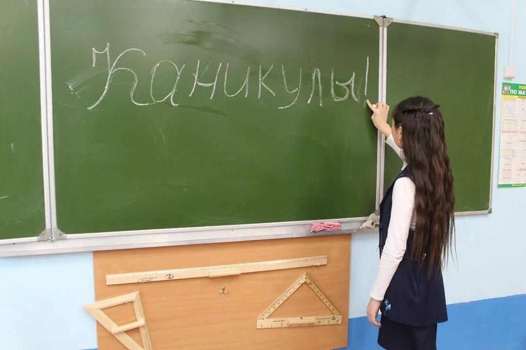 Минобраз на 3 недели ввел внеплановые школьные каникулы из-за ковида Вузы уйдут на
