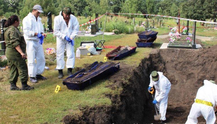 Из братской могилы в Снежном извлекли останки 10 человек - Генпрокуратура