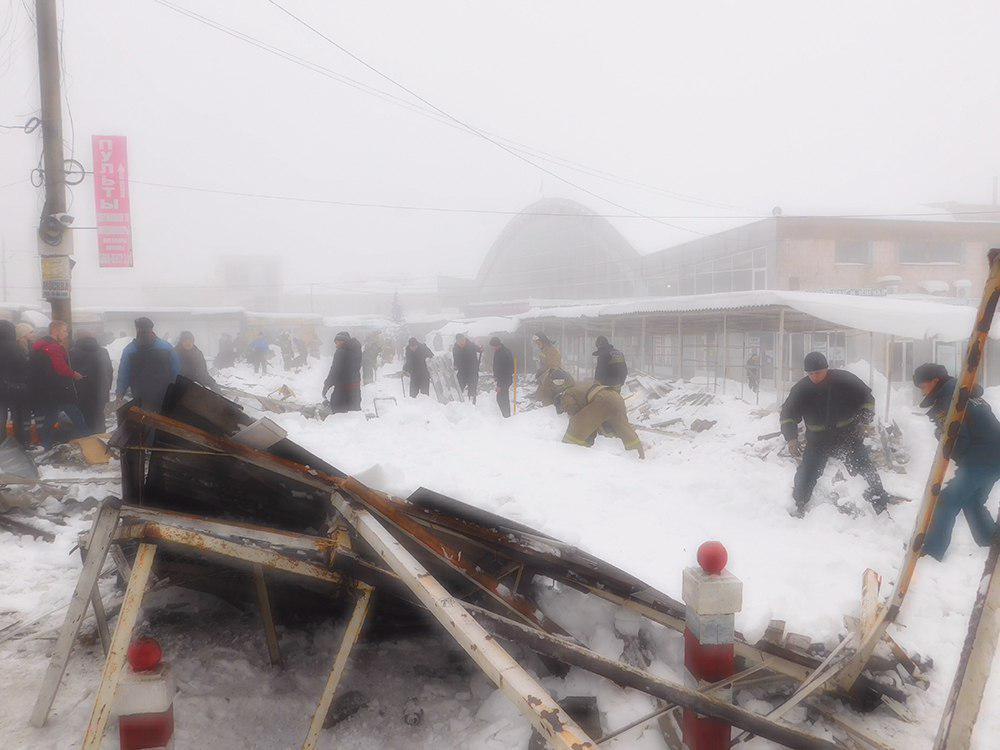 На рынке Макеевки рухнули торговые ряды, пострадали 4 человека