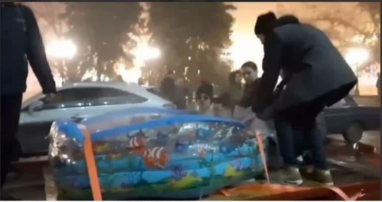 В Донецке молодые люди покатались на эвакуаторе в надувном бассейне, водителя оштрафовали