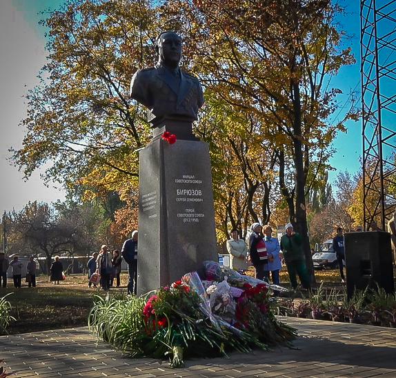 В Донецке открыли памятник советскому маршалу Бирюзову
