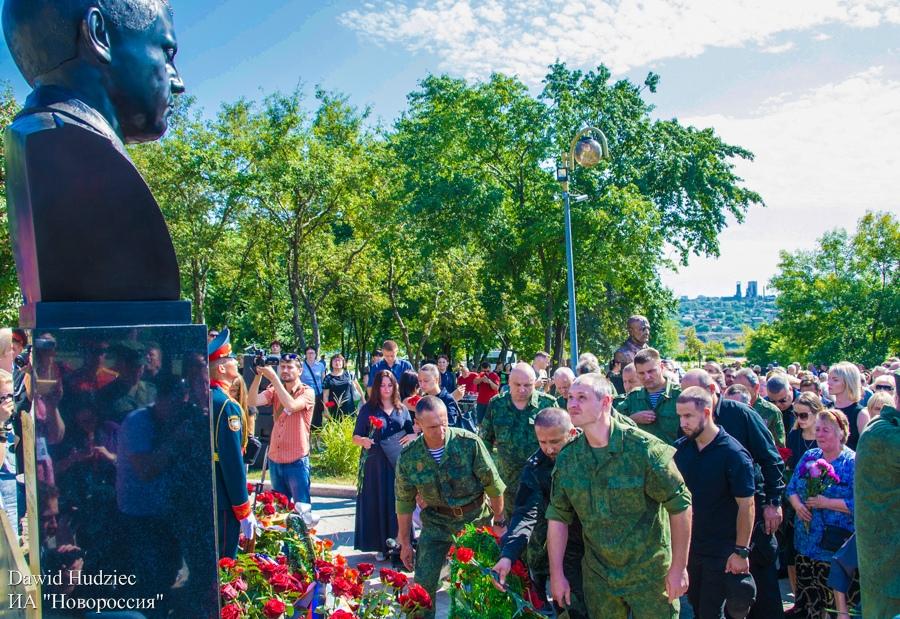 В Донецке открыли памятник Захарченко. Фото