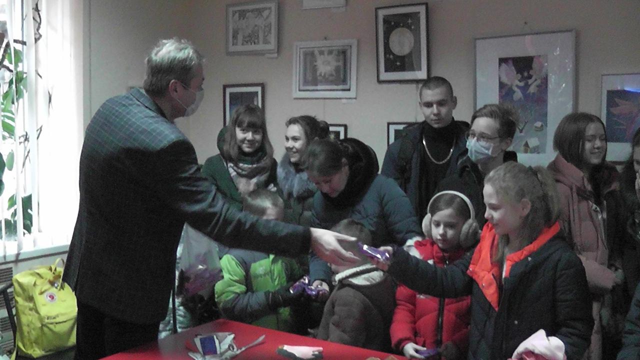 В Донецке открылась выставка детского рождественского рисунка